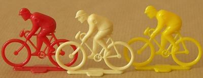 mini coureur sur son vélo
